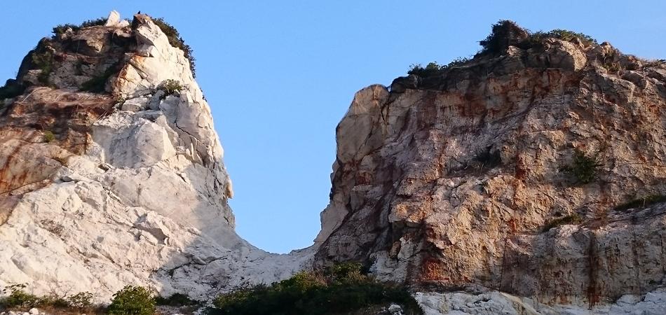 そびえたつ岩